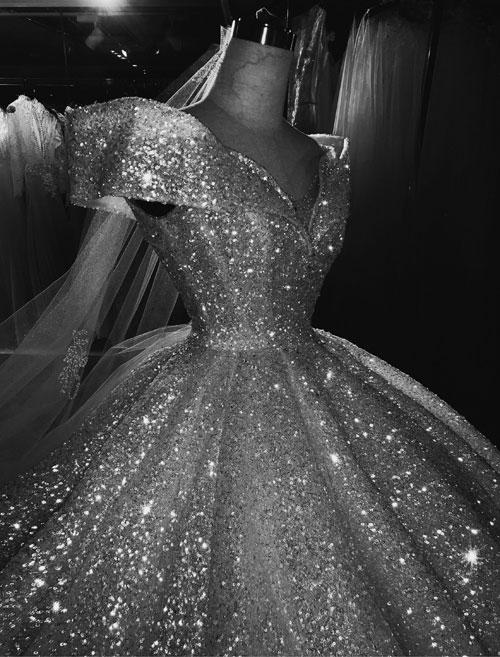 Phom váy được dựng công phu, hoàn hảo đến từng chi tiết nhỏ, đặc biệt là 8 gọng trong suốt nẹp thăn khiến phần eo của cô dâu trở thành vòng eo 58 cm quyến rũ.