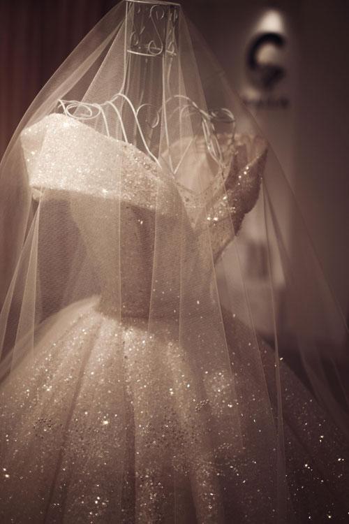 Chiếc váy cưới lộng lẫy dành cho cô dâu Irene thể hiện sự mạnh mẽ và quyền lực của người phụ nữ thành đạt nhưng vẫn vô cùng quyến rũ, kiêu sau. Trên thân váy, nhà thiết kế vẫn để những điểm nhấn mềm mại gợi sự yếu đuối, cần được chở che của Irene - giống như bất kỳ người phụ nữ nào.
