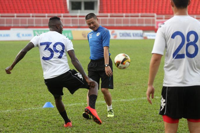 Buổi tập diễn ra trong không khí khá thoải mái. Từ đầu mùa, đội bóng của HLV Chu Đình Nghiêm giành 35 trên tổng số 39 điểm tối đa sau 13 trận.