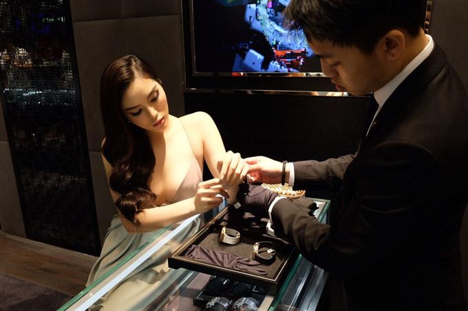 Kỳ Duyên được mời thử các mẫu đồng hồ mới ra mắt tại sự kiện.