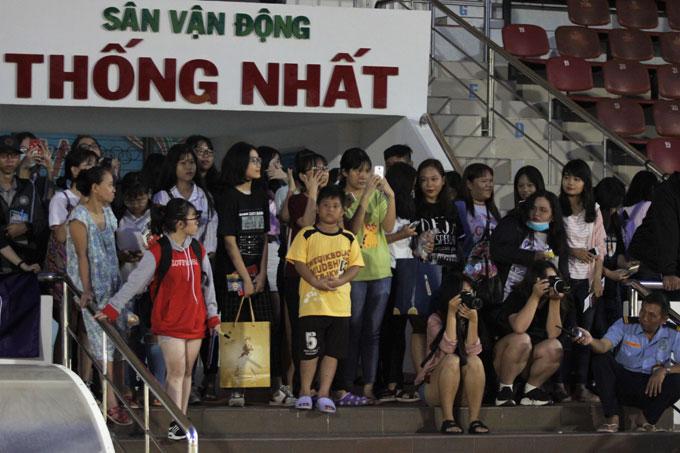 CĐV TP HCMchờ đợi các thần tượng để xin chụp ảnh. Sau lượt đi, hàng loạt kỷ lục trong lịch sửbị đội bóng thủ đô xô đổ. CLBcủa Quang Hải trở thành đội đầu tiên bất bại ở cả 13 vòng đấu, thắng 11 trận và có số điểm cao nhất kể từ khi V-League được thành lập.