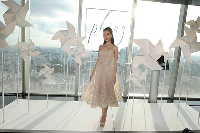 Hoa hậu Đỗ Mỹ Linh khoe vai trần cùng thiết kế váy đính kết bông lúa mạch bắt mắt.