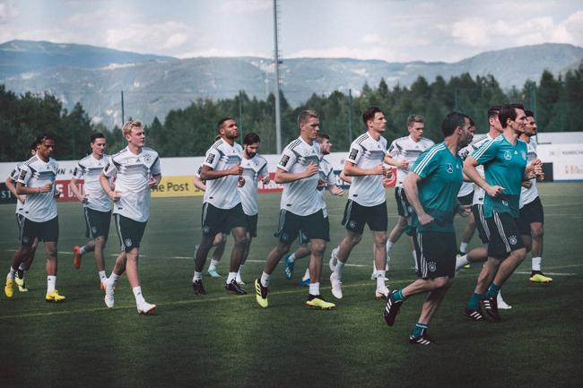 Các cầu thủ Đức tập luyện trước trận đấu mở màn.