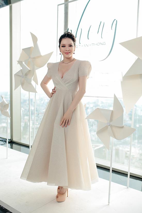Lý Nhã Kỳ nổi bật tại chương trình nhờ khéo chọn mẫu váy cổ chữ V sexy.