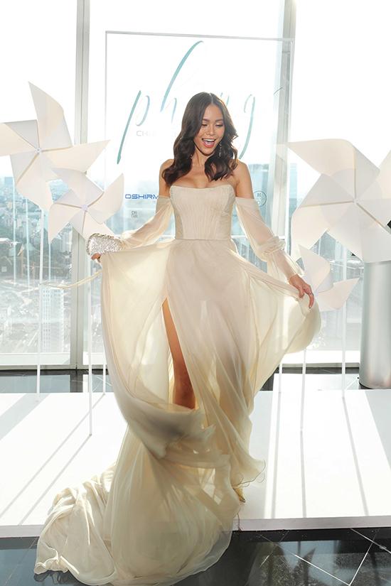 Á hậu Mâu Thuỷ thả dáng cùng thiết kế váy lụa bay bổng đi kèm các chi tiết cut out tôn vẻ đẹp gợi cảm.