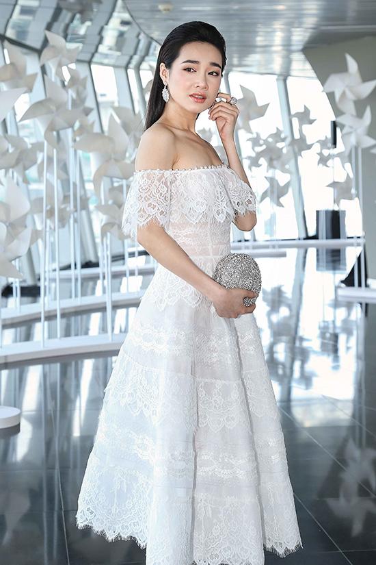 Nhã Phương nhẹ nhàng nhưng không kém phần duyên dáng với kiểu váy ren hợp mốt mùa hè.