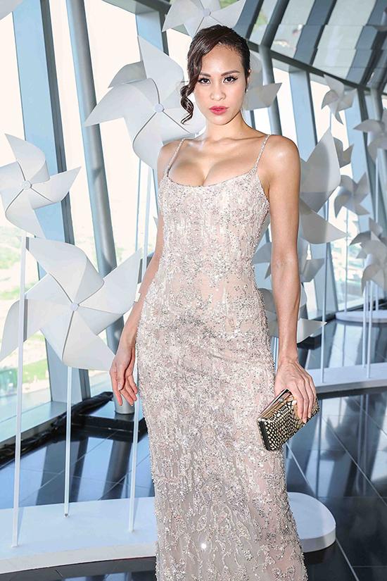MC Phương Mai khoe vẻ đẹp hình thể cùng thiết kế váy hai dây ôm sát đường cong.