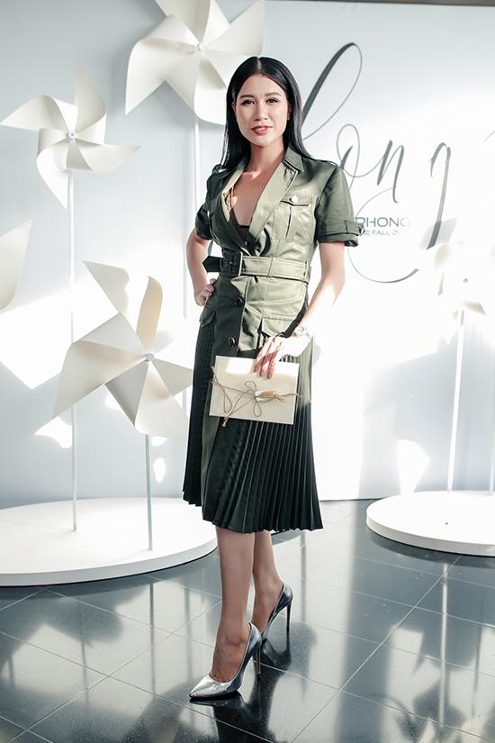 Trang Trần chọn váy vạt quấn kiểu dáng hiện đại đến chúc mừng nhà thiết kế thân thiết.