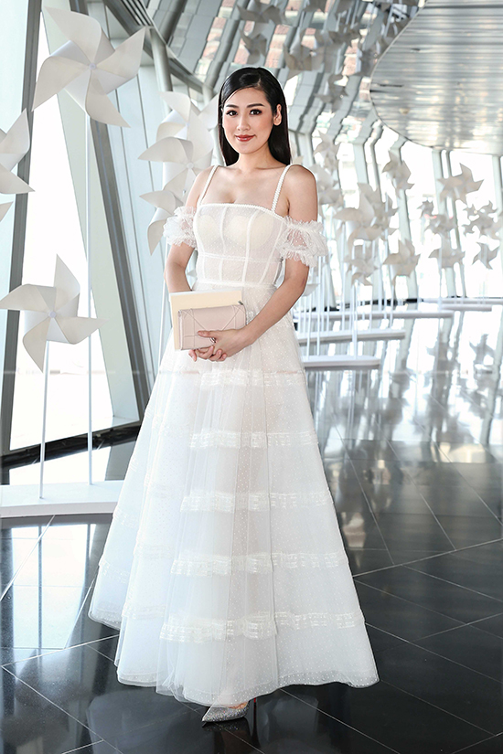 Á hậu Tú Anh chọn mẫu thiết kế mới nhất của Chung Thanh Phong để khoe sắc bên dàn người đẹp.