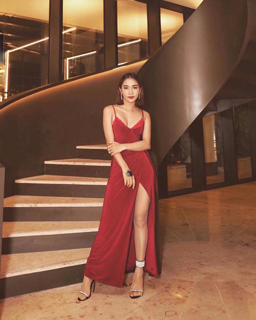 Một thời gian sau scandal gạ tình, Phạm Lịch xuất hiện tự tin ở event, diện đầm đỏ hai dây khoe vòng một lấp ló.
