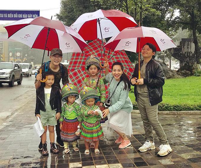 Gia đình Hoàng Bách chụp ảnh lưu niệm với các bé đồng bào dân tộc ở Sapa. Cả nhà hộ tống nam ca sĩ