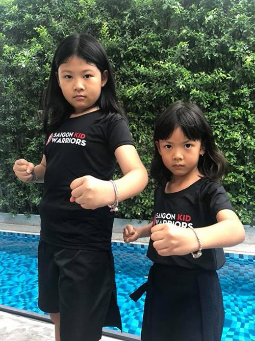 Bà xã Bình Minh đăng ảnh hai con gái vào thế võ, thần thái xuất sắc. Cô viết: Mẹ cứ đi làm đẹp, mọi việc còn lại đã có con lo.