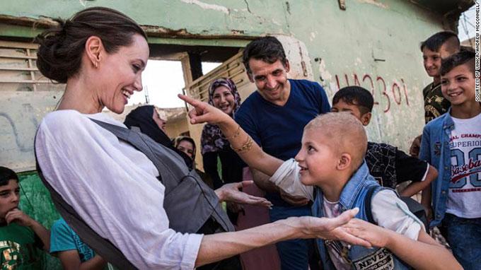 Nữ diễn viên và một cậu bé ở Mosul, Iraq.