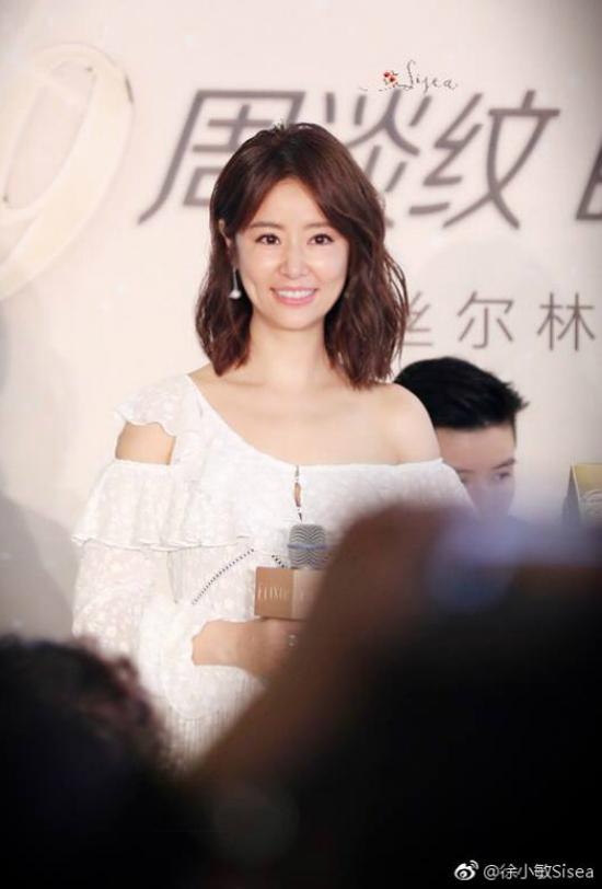 Lâm Tâm Như tới Hàng Châu tham dự sự kiện của một thương hiệu mỹ phẩm mà cô là gương mặt đại diện. Nữ diễn viên khoe vai trần nuột nà trong một thiết kế thanh lịch.