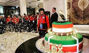 Salah được fan tặng bánh sinh nhật nặng 100 kg
