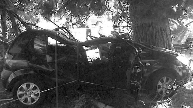 Chiếc xe hơi của Ling nát bươm trong vụ tai nạn ở New Zealand. Ảnh: CNA.