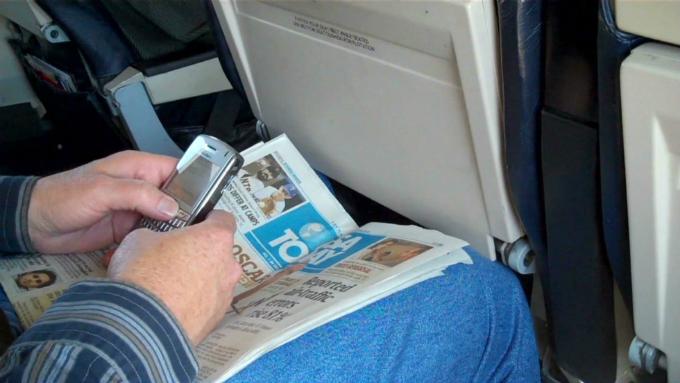 Sóng điện thoại gần như không thể làm ảnh hưởng đến hệ thống định vị trên máy bay.