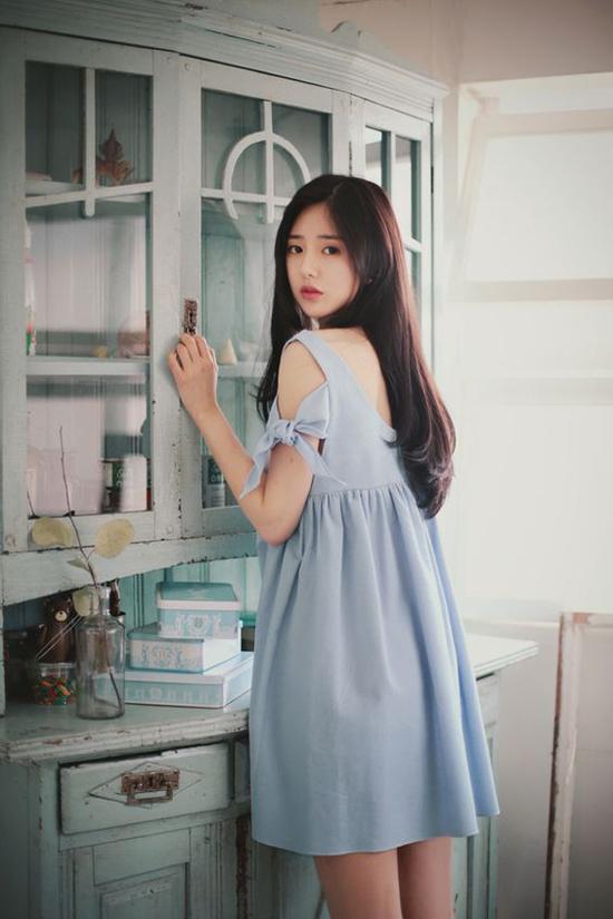 Váy suông dáng ngắn trở nên bắt mắt hơn với phần tay áo trang trí nút thắt nơ bướm.