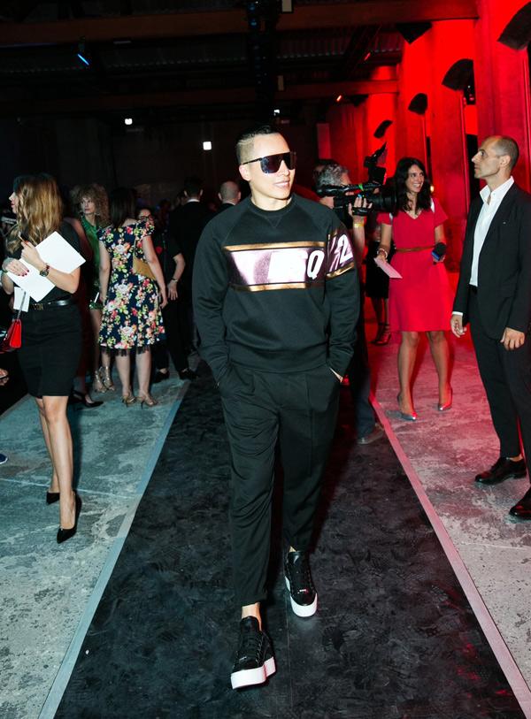 Ông bầu mặc trang phục hàng hiệu phong cách thể thao, tự tin sải bước ở sự kiện quốc tế.