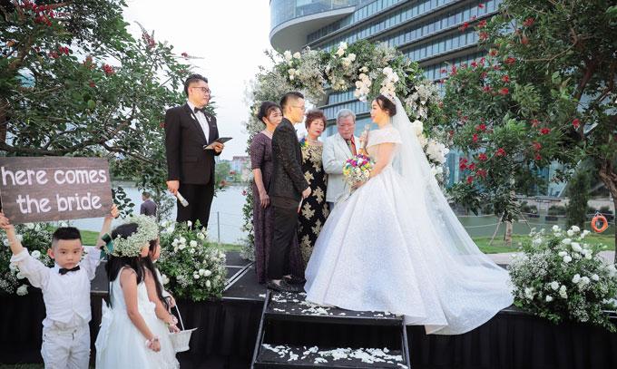 Sau một lần đổ vỡ trong chuyện tình cảm, trái tim của Irene Hoàng đã thực sự rung động trước Nguyễn Ngọc Dũng (Tú Lơ Khơ) - một nhân vật nổi tiếng trong cộng đồng LGBT và được mệnh danh là nam thần chuyển giới. Và câu chuyện tình yêu của họ đã đơm hoa kết trái bằng một đám cưới vượt qua mọi giới hạn của hôn lễ thông thường diễn ra vào cuối tuần qua. Cô dâu Irene Hoàng rạng rỡ trong chiếc váy cưới bồng bềnh lấp lánh kết hợp với khăn voan dài.