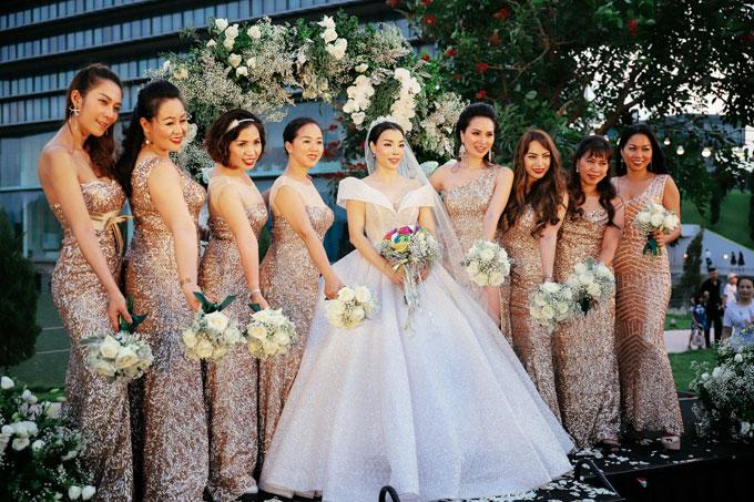 Phong cách thời trang ngày cưới này của Irene Hoàng gợi sự liên tưởng tới những cô dâu hoàng gia nổi tiếng. Nhưng khi cô bước vào nơi tổ chức hôn lễ chỉ có ánh sáng mờ và bóng tối, tất cả khách mời đã phải ồ lên kinh ngạc.