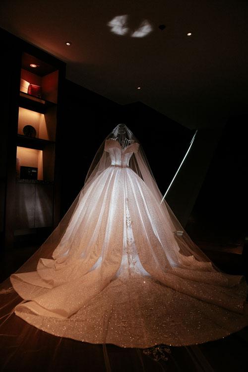 Bà tiên váy cưới Phương Linh cho biết chị đã sử dụng 100% nguyên liệu nhập từ Pháp để thực hiện chiếc váy cưới này. Đặc biệt hơn cả là lớp vải sợi quang dệt organza được may ở bên trong tùng váy.