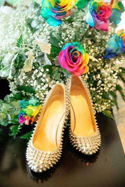 Cùng với bộ váy cưới đặc biệt, Irene Hoàng kết hợp giày đinh tán của thương hiệu Louboutin danh tiếng.