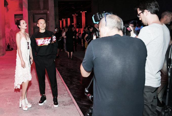 Vũ Khắc Tiệp tạo dáng cùng một vị khách trên thảm đỏ Milan Fashion Week 2018.