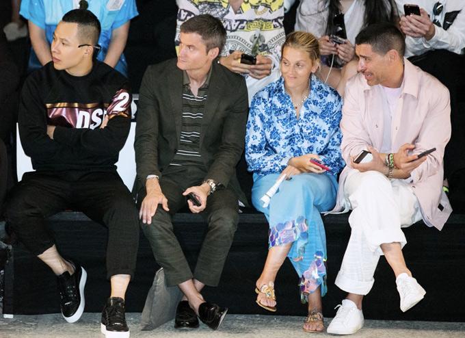 Anh được xếp ngồi hàng ghế đầu khi theo dõi màn trình diễn một bộ sưu tập thời trang nam cho mùa Xuân Hè.