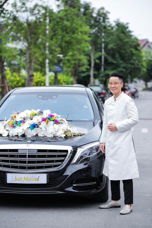 Chú rể Ngọc Dũng mặc áo dài sắc trắng với cách kết hợp giày và quần Tây hiện đại, trẻ trung.