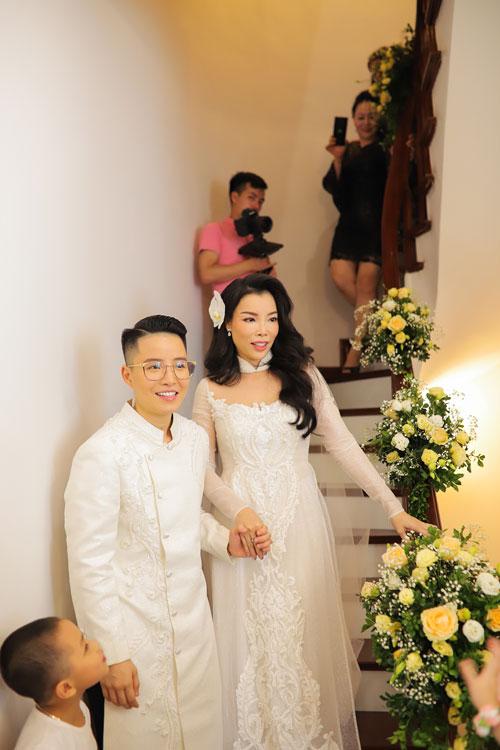 Cô dâu Irene cũng chọn một chiếc áo dài kết hoa văn nổi đồng điệu cùng chú rể.