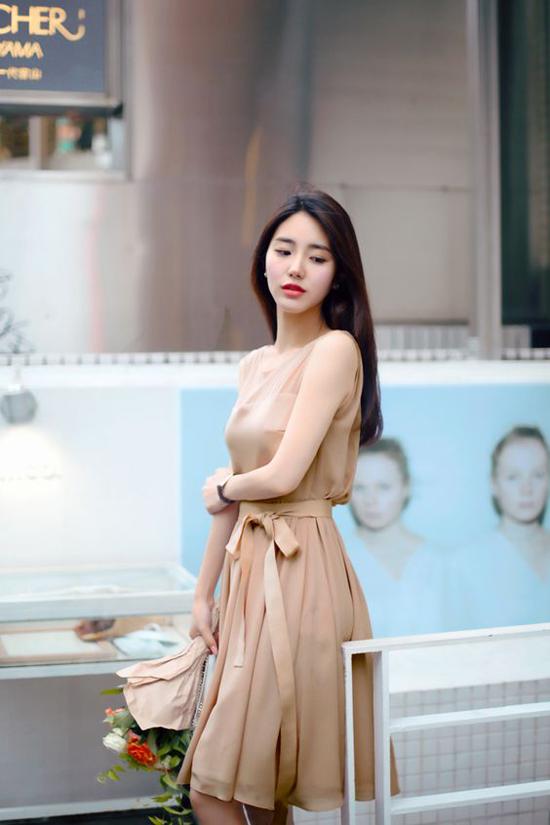 Ngoài sắc xanh thiên thanh, hồng dịu ngọt, mùa hè năm nay tông nude, nâu nhạt, vàng sơ cũng được ưa chuộng.