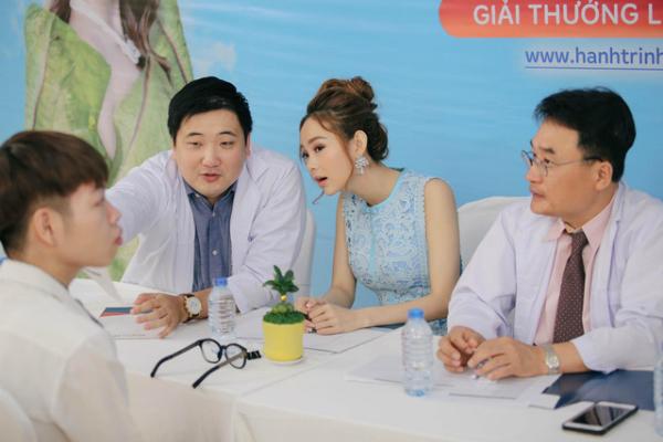 Đức Phúc được các bác sĩ ở Bệnh viện Thẩm mỹ Kangnamthăm khám trước khi tiến hành cuộc đại phẫu.