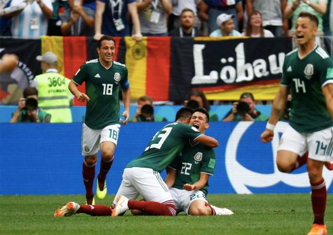 Đồng đội chia vui với Lozano sau bàn thắng. Ảnh: Reuters