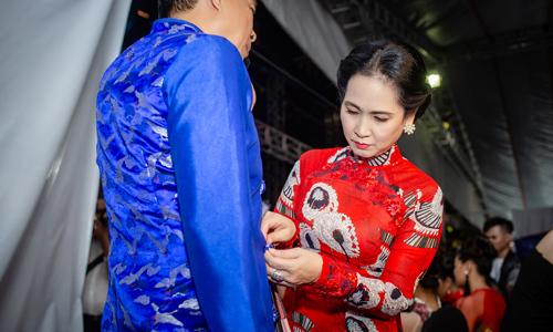 NSND Lan Hương khâu áo cho chồng ở hậu trường show Quyên Nguyễn