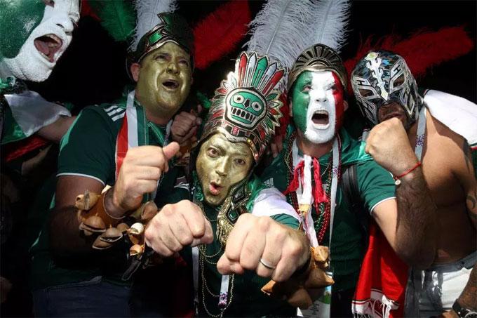 Trang phục, phụ kiện, hóa trang và sự huyên náo, CĐV Mexico không thiếu một phẩm chất gì của những fan bóng đá cuồng nhiệt nhất.