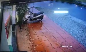 Thanh niên đập tủ kính cướp 20 dây chuyền vàng trong 3 giây