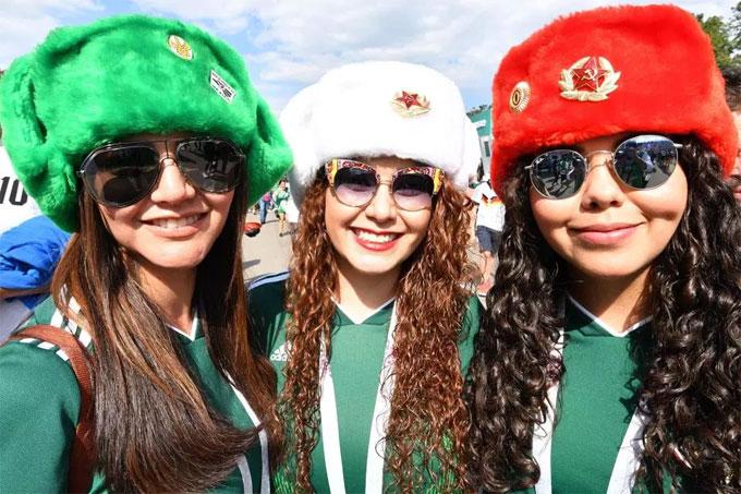 Các fan nữ xinh đẹp với những chiếc mũ phong cách Nga.