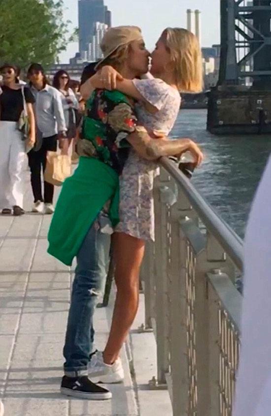 Cũng giống như mọi đôi uyên ương bình thường khác, Justin Bieber và Hailey Baldwin quấn lấy nhau trên cây cầu ở công viên Domino tại Brooklyn, New York. Cặp đôi như quên hết thế gian, chẳng màng đến mọi sự xung quanh.