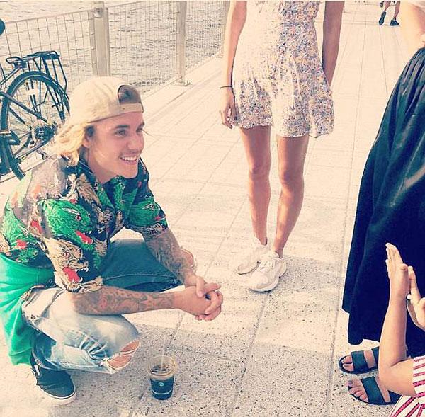 Không e ngại bao người trông thấy anh bên bạn gái, Justin thậm chí còn nán lại trò chuyện và chụp hình với các fan trong công viên Domino trong khi Hailey đứng bên cạnh.