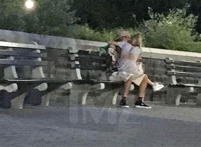 Cặp đôi sau đó tới công viên Rockefeller và Justin ôm Hailey vào lòng hôn say đắm.