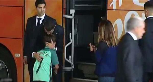 C. Ronaldo ôm fan nhí như đang an ủi con trai của chính mình. Ảnh: ESPN.