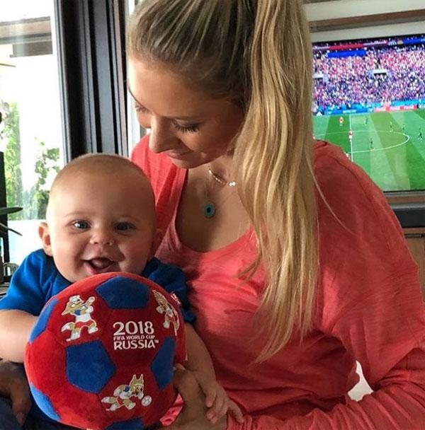 Kournikova khoe ảnh cùng con trai nhỏ xem World Cup