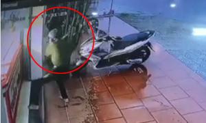 Thanh niên dùng búa cướp tiệm vàng trong 4 giây ở Quảng Nam
