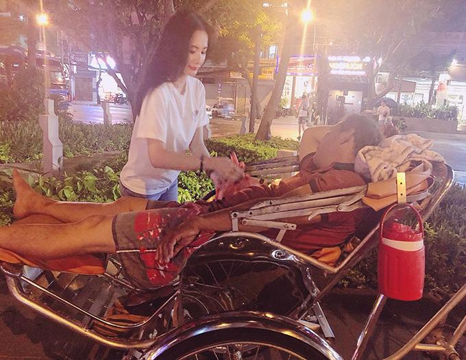 Angela Phương Trinh tiếp tục công việc thiện nguyện quen thuộc của mình là phát đồ ăn đêm cho người vô gia cư.