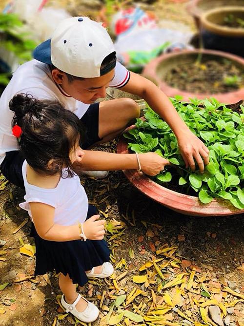 Thành Đạt ân cần hướng dẫn con gái trồng cây, khám phá thiên nhiên.