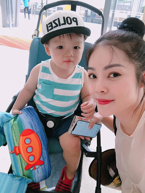 Dương Cẩm Lynh đưa con trai đi bơi ngày chủ nhật. Cậu bé càng lớn càng khôi ngô, kháu khỉnh.