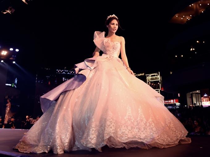 Với độ hoành tráng của chiếc váy, cô dâu cần tiết chế sử dụng phụ kiện để tránh trở nên rườm rà, rối mắt.