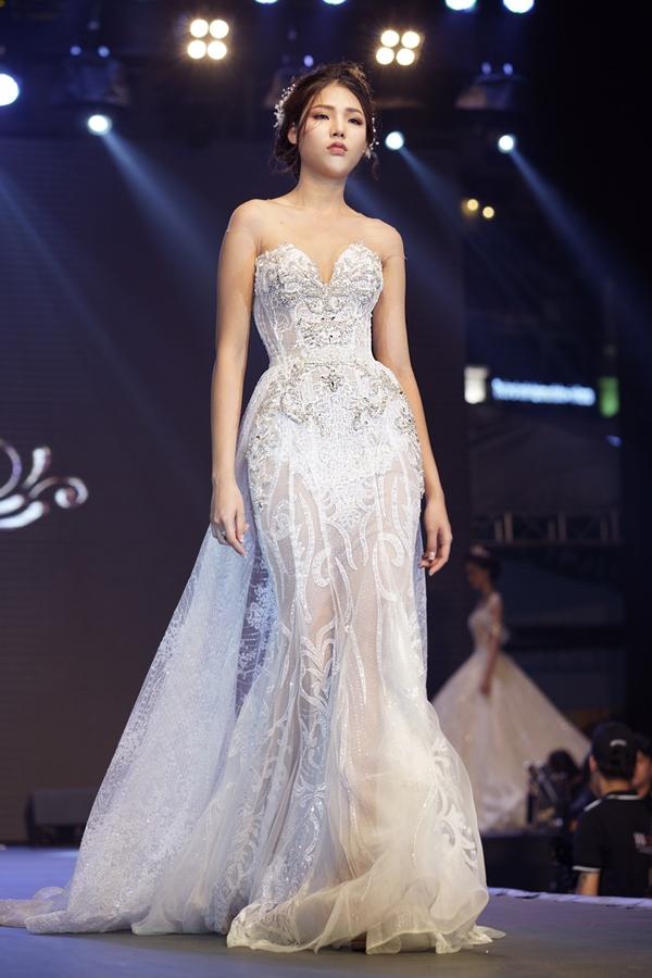 Giúp cô dâu thêm phần lộng lẫy, phần váy choàng với chiếc liệu voanđược đính thêm phía sau.