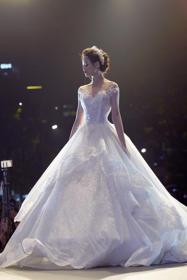 Kiểu dáng công chúa vẫn được nhà thiết kế Anh Thư theo đuổi và phát triển cho mùa cưới 2018.